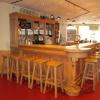 Ronde sta-tafel op hoek van bar
