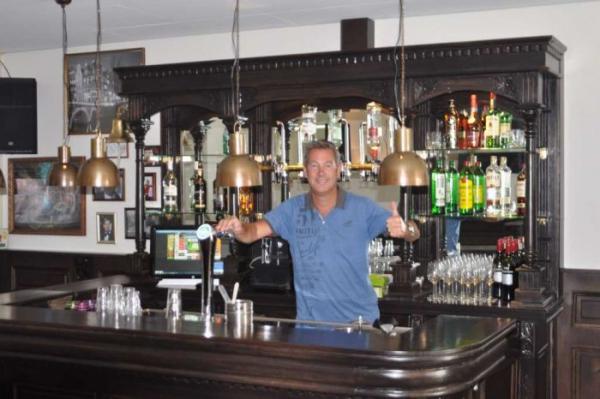 Trotse eigenaar in bar