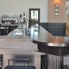 Bar met ronde tafel op de hoek