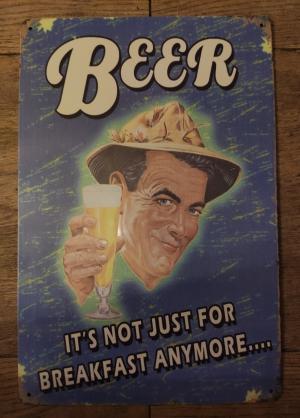 metalen bord met tekst en een man die proost met bier