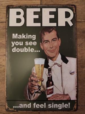 feestende man proost met bierglas