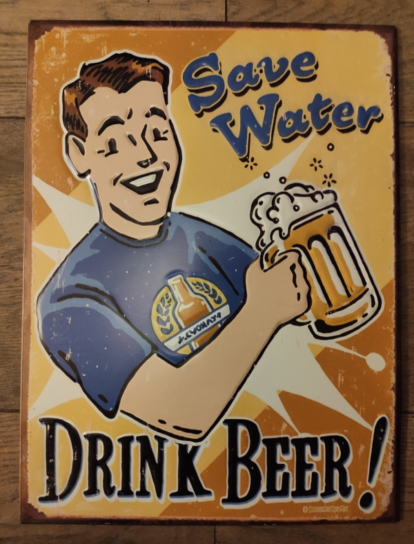 Metalen bierbord met Jongeman met glas bier