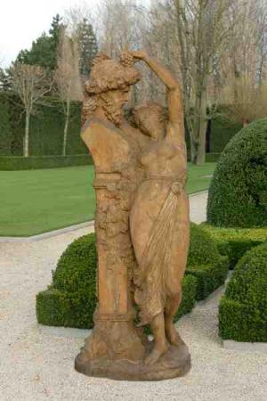 Vrouwenfiguur aanbid Zeus buste