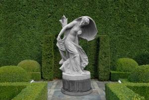 Vrouw schuilt onder sluier