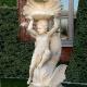 tuinbeeld Kind houdt schelp omhoog