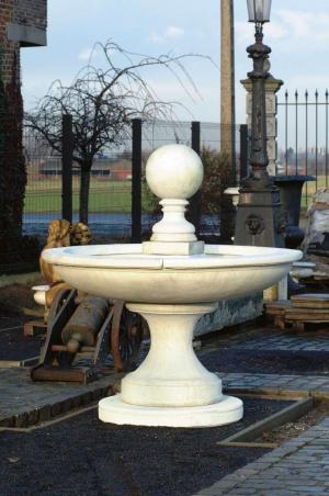 Moderne fontein met bol B-01391