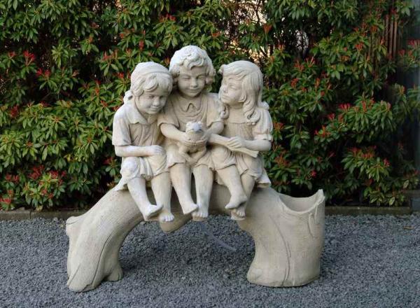 3 kindjes op een boomstam 755
