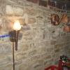 Stenen muur met koperen leidingen