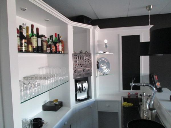 Witte achterkast bar met schrijfbord