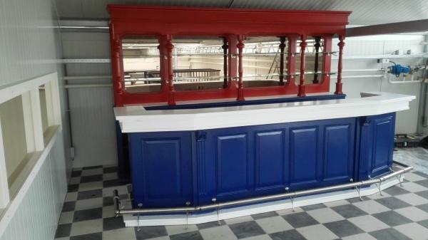 bar met RVS buis en TVS glasplanchets in achterkast