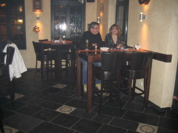 Hoge cafétafels met barkrukken