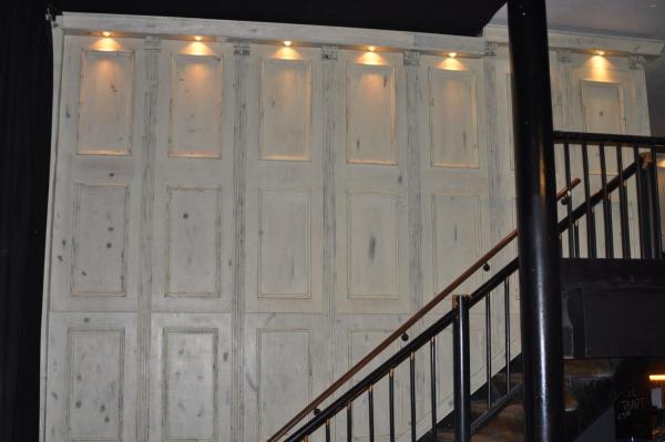 Hoge lambrisering met halogeen verlichting