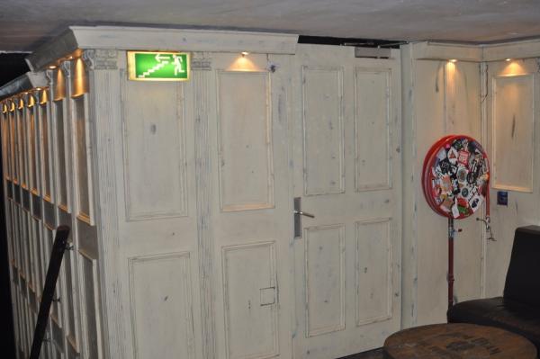lambrisering  met deur weggewerkt