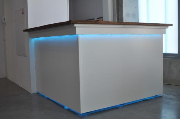Witte moderne bar met Teak uitgifterand en LED-verlichting