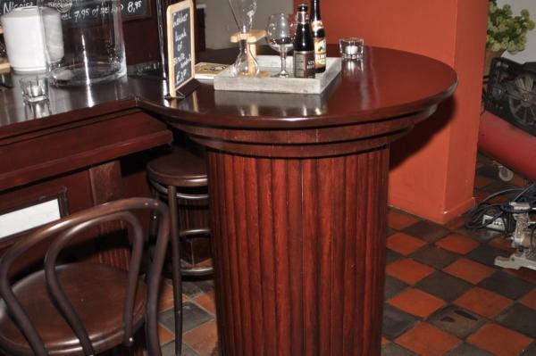 Ronde statafel aan het einde van de bar