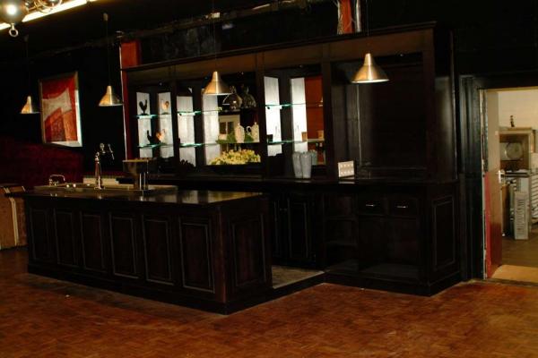 Moderne bar met groot werkblad