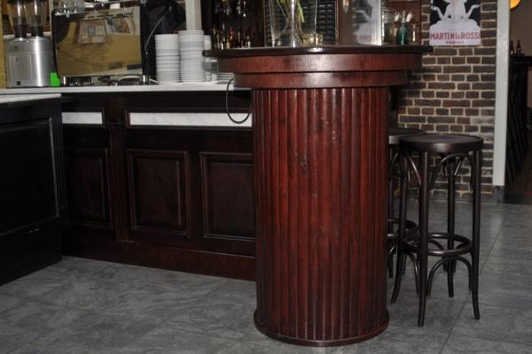 Ook in de koffiehoek is een ronde sta-tafel geplaatst