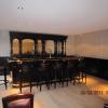 360 Engelse Mahonie bar met messing buizen en Heineken Tapsysteem. Lambrisering van mahoniehout