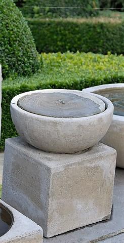 Moderne fontein op vierkante voet
