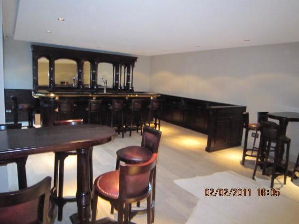 360 Engelse Mahonie bar met messing buizen en Heineken Tapsysteem