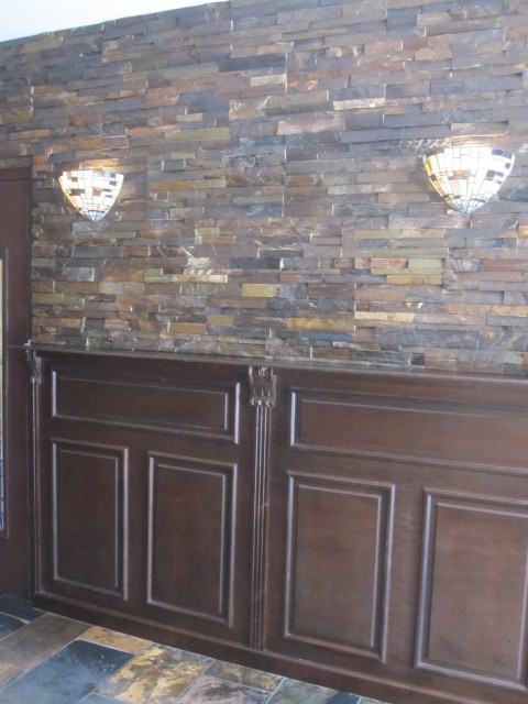 Lambrisering met steenstrips en tiffanylampen