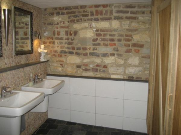toiletinrcihting met stoere stenen muur