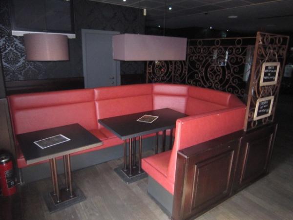 Rode ronde zitbanken met tafels