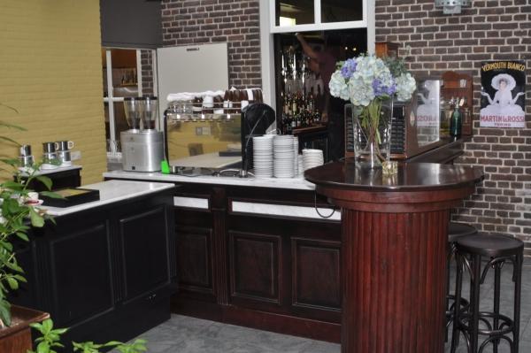 in de serre loopt de bar door naar het koffie gedeelte