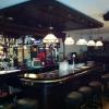tiffany lampen aan de luifel. bar met Messing buizen