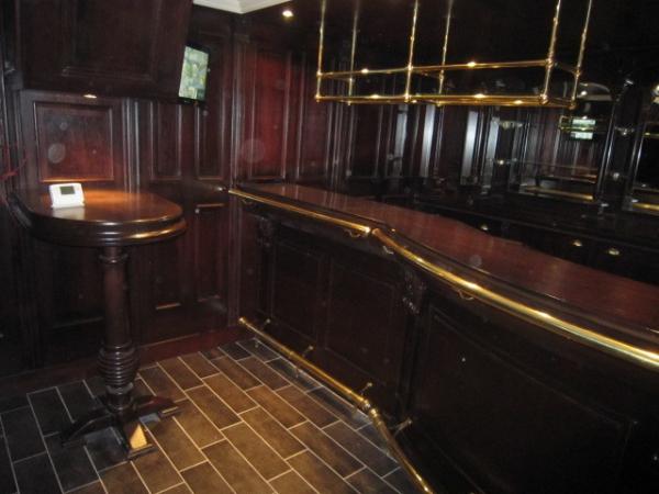 Bar sluit mooi aan op lambrisering