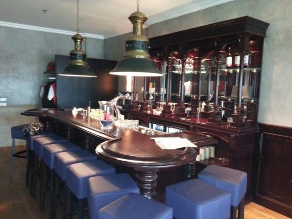 new York bar met Engelse achterkast