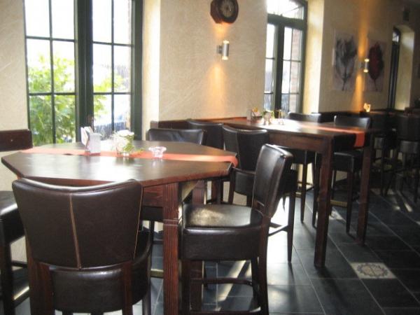 cafétafels met barkrukken
