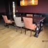 Stamtafel in mahoniekleur en caféstoelen