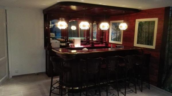 Engelse bar met op maat gemaakte luifel