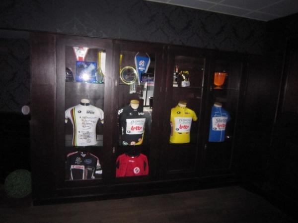 sportprijzen in speciaal gemaakte kast