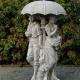 tuinbeeld jongen meisje met paraplu