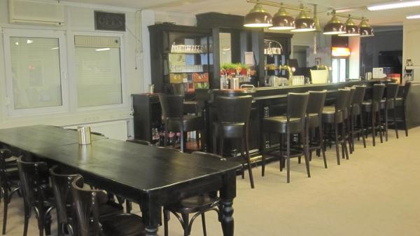 Mooie gekleurde bijpasselijke tafels