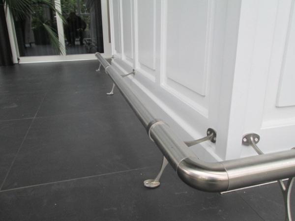 RVS voetstang op Moderne witte bar